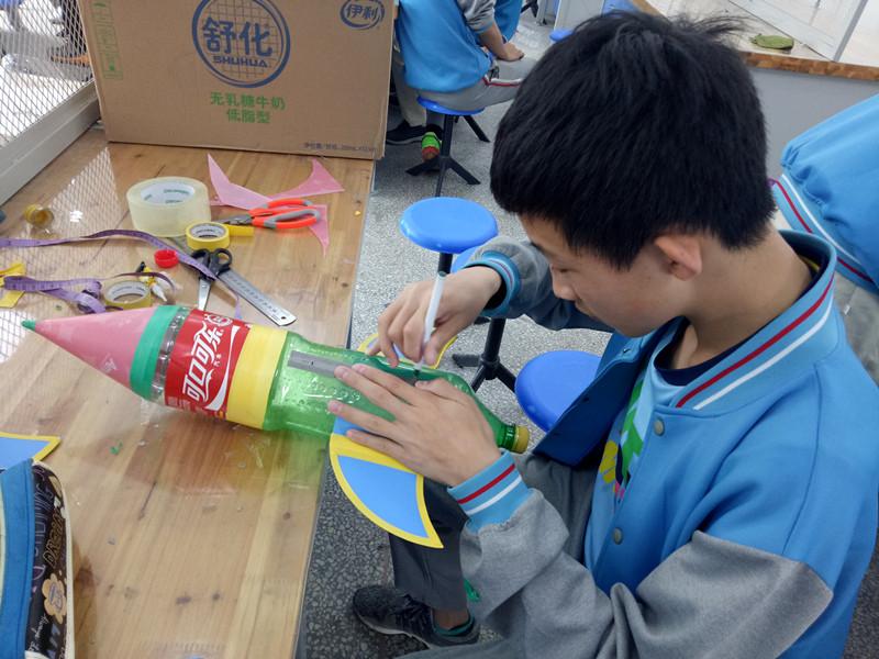 """水火箭发射架制作_冲破苍穹 展铁一雄风 ----郑州101中学举行""""水火箭""""设计与制作大赛"""